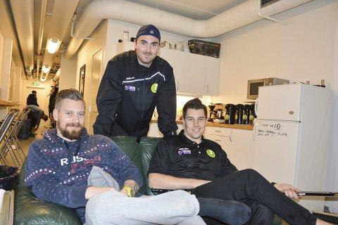 GIR BOT: Comet-spillerne får både bot for bilde og skryt i avisa. Geir Arne Karrestad (til venstre), Øyvind Andreassen og Fredrik Olsson (bak).