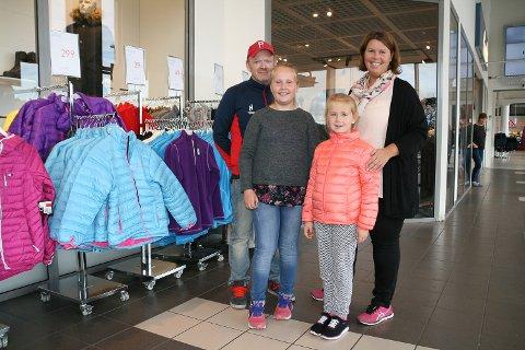 Katrine Hansen og Pål Sæther med døtrene Karoline (t.v.) og Marte Sæther tar turen til Nordby fire-seks ganger i året. - Vi bruker en hel dag når vi først reiser, forteller familien.