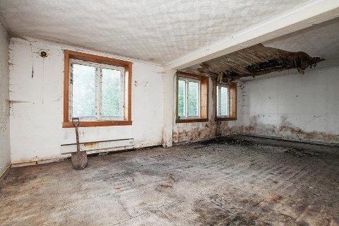 STOR INTERESSE: Mange har vist interesse for eneboligen i Sykehusgata 11 til tross for eiendommens dårlige forfatning. Dette bildet er av stua.