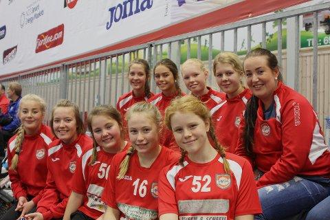 RØDE SUPPORTERE: Fra høyre oppe: Yvonne, Kamilla, Madelein, Marthe og Elise. Nedre rekke fra venstre: Adele, Emili, Ingrid, Emilie og Julie.