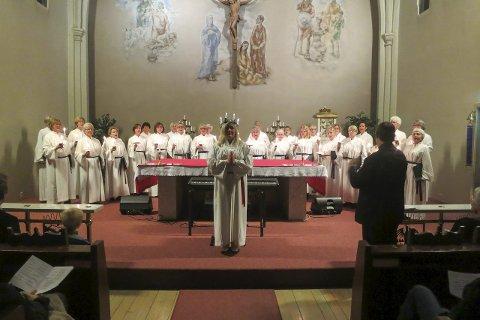 Lucia: Halden Damekor i helhvitt for anledningen. Med dirigentryggen til; Svein-Gerhard Soma Hordnes. Alle foto: Tom Skjeklesæther