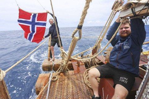 HVER DAG EN FLAGGDAG: Håkon Wium Lie bakerst med flagget.
