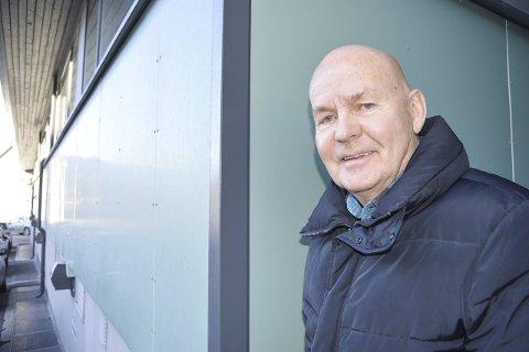 KVALITET: Rolf Olsen forteller at de grønne platene på Kåre Andersen ikke er brukt for at de er billige, men fordi det er et kvalitetsprodukt med en levetid på over 60 år.