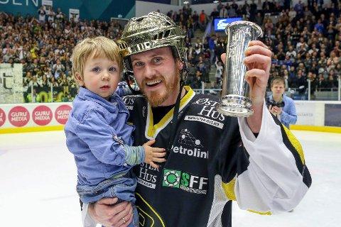 Slik så det ut da Peter Lorentzen jublet for NM-gull i fjor. Nå er haldenseren klar for en ny NM-finale med Stavanger Oilers. Foto: Frode Olsen