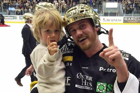 Peter Lorentzen feiret NM-gullet sammen med sønnen Samuel. Foto: Maren SO Lorentzen