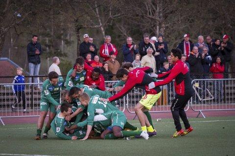 Jublet til slutt: Kvik-spillerne kunne juble etter Mathias Engebretsens avgjørende straffespark.foto: petter jacobsen