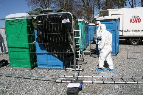 Kriminalteknikerne Ian Johansen (til venstre) og Tore Lunde har undersøkt fem mobile toalett på festningen etter voldtektsanmeldelse fra russetreffet.