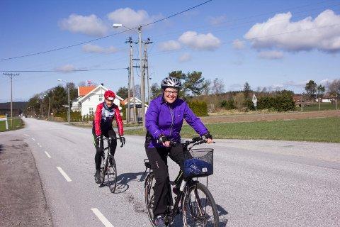SYKLER FØRST: Nå som Ine Berit har fått elsykkel kan hun endelig ta igjen mannen når de sykler.