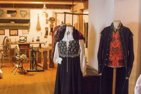 Østfoldbunaden: På utstillingen kan man se nyere og andre varianter av den tradisjonelle Østfoldbunaden i grønn eller rød.