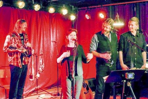 HYLLET COHEN: Freddy Holm på scenen med Cohen-biograf Sylvie Simmons og Håvard & Simen Rem.