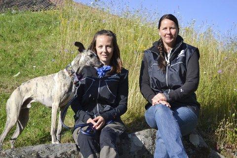 Klar: Whippeten «Humle», Anette Fjeld (til venstre) og Annette B. Olsen er klare for «Hundens dag». foto: privat