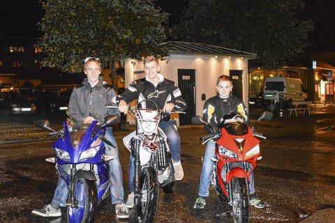 TA HENSYN: Petter Thomassen (17), Marcus Hofgaard (16) og Andreas Lund (16) oppfordrer bilførere til å ta hensyn og ikke sprute spylevæske.