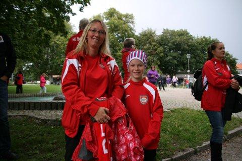 Vibeke Røstengen og Vivianne Røstengen Sørensen (11) vil har mer hallkapasitet i byen slik at HK Halden kan samle alle sine lag i en hall.