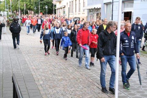 Rundt 700 personer fra ulike idrettslag i Halden samlet seg for å markere at de ønsker fortgang i hallsaken.
