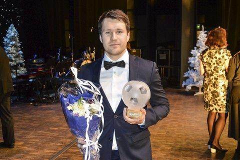 Stolt vinner: Søndag fylte Mathias Engebretsen 24 år. Lørdag fikk han sølvballen som distriktets beste fotballspiller under Haldengallaen. Foto: Kristian Bjørneby