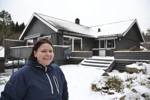 Ingvild Carlsen bor i en romslig enebolig på Herrebøkasa. Hun har flere ledige soverom og tilbyr overnattingsplasser gjennom Airbnb.