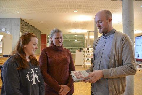 INTERESSANT: Studentene Karoline Gulbrandsen og Sandra Andersen synes det var interessant å høre forfatter Erlend Ofte Arntsen fortelle om boken «Fremmedkrigerne».