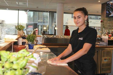 I SITT ESS: Laura Perrone Forberg har allerede mange år bak seg i restaurantbransjen. Men hun har ikke gått lei. Snarere tvert imot. Her ruller hun ut en pizzadeig for mamma og pappa i Trattoria de Ernesto på Sydsiden. Foto: Morten Ulekleiv