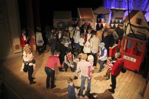 TOK TIL SCENEN: Publikum kunne hilse på barnestjernene fra Veslefrikk kultur og teaterverksted etter forestillingen.