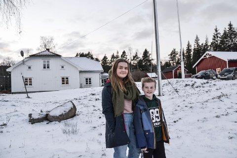 I HAGEN: Søsknene Sara og Alexander har sett flere villsvin de siste to ukene. Nylig ble det skutt et villsvin i hagen hvor de bor i Enningdalen.