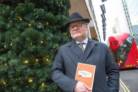GAVE: Lars Backe Madsen er klar til å gi boka «Husmor (73), Gjøvik» til ordføreren og medlemmer i kommunestyret. (Foto: Privat)