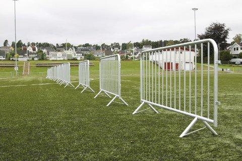 Gjerdestengt: Kunstgressbanen på Tistedal stadion har vært stengt med gjerder ved midtbanen store deler av høsten.foto: morten ulekleiv
