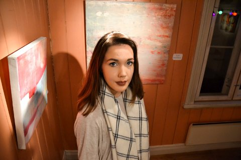 BLOTTLEGGES: Susannah Eeg (20) stiller ut malerier for aller første gang. Det synes både er gøy og skummelt. – Du blottlegger det litt, sier hun.
