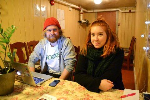 KAN BLI UTSOLGT: Henrik Næss Diesen og Varg Kjeholt arrangerer «Unge folk i Halden» sammen med tre andre ildsjeler. De er svært fornøyde med billetsalget til lørdagens forestilling i Fredrikshalds teater og tror det kan bli utsolgt.