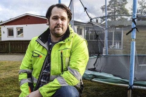 Kan bli arbeidsløs: Jesse Tomlinson og hans kone og tre barn er avhengige av inntekten han får fra jobben ved Rygge Flyplass. Han frykter framtida hvis flyplassen legges ned. Foto: Thomas Lilleby