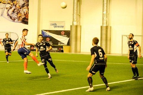 Jonathan Dixon header inn 1-0 og blir matchvinner for Kvik Halden mot Strømmen i Østfoldhallen søndag kveld.