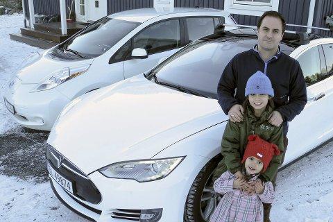 FORNØYDE: Elbilene Nissan Leaf (tv) og Tesla dekker både kjøre- og plassbehovet til Andreas Paulsen med døtrene Lovise Adele og Ingrid Marie Paulsen-Bjørge.