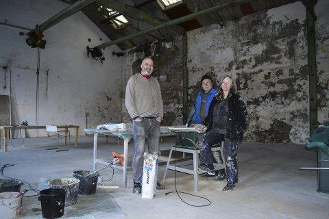 Scenerommet: Dette er et av fellesrommene i kunstnerkollektivet i Spinneriet. Snart er 14 kunstnere på plass og da er det fullt forteller Trond Arne Vangen, Lars Paalgard og Guri Dahl.