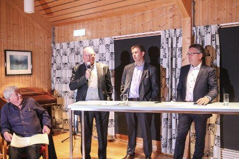 For og mot: Geir Aarbu er imot en samenslåing, mens Thor Edquist er for. Her sammen med rådmann Jon Fredrik Olsen.