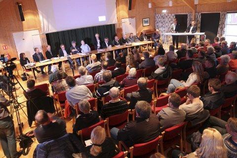 Bra frammøte: Det var mye folk på folkemøtet om kommunesammenslåing i Aremark, men de får ikke si sin mening i en folkeavstemning. Begge Foto: Alaa Talli