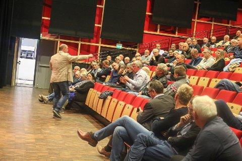 FLERE INNSPILL: Espen Sørås fikk flere innspill fra de omlag 90 frammøtte i kultursalen, hvorav de fleste var politikere og næringslivsfolk i godt voksen alder.