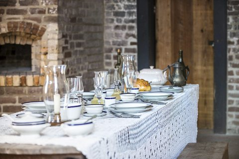 PÅ BESØK: – Det blir neppe like pent dekket på når vennskapsfamilien vår kommer på besøk. Hvis minstemann ikke kaster halvparten av maten på gulvet, får vi være fornøyd. Foto: Roger Kirby