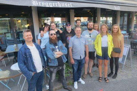 HALDEN-MUSIKK: Foran f.v.: Anders Svendsen (Halden Electric), Thomas Eriksen (Mork), André Fjørtoft (Det Norske Blåseensemblet), Thor Murtnes (Huma Luma), Karoline S. Henriksen (Huma Luma), Rikke Prang Følkner. Bak f.v.: Hege Brynildsen, Petter Huseby (The Rockabilly Rebels), Tom Skjeklesæther, Levi André Sandberg (Huma Luma), Benjamin Rø Haavelsrød (Huma Luma) står bak Halden Musik Onestop, byens nye musikkbutikk på nett. Foto: Omar Østli