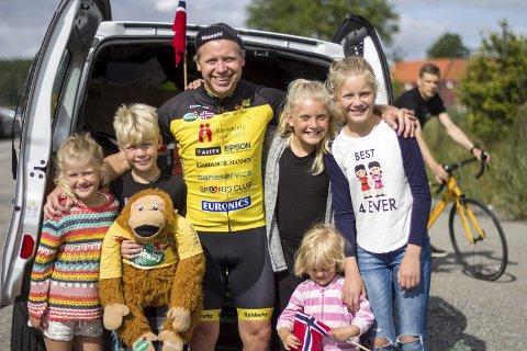 STOLT FAMILIE: F.v.:Nila, Rasmus, bamsen Rynke, Hermine, Flora (i rosa), og Fredrikke er stolt av Lars-Espen.