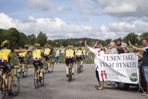 MOT PARIS: Fredag formiddag startet den 150 mil lange reisen mot Paris for de 36 Østfold-rytterne på Team Rynkeby. 1600 syklister og 400 hjelpere er fordelt på 38 lokale lag fra de nordiske landene; Danmark, Sverige, Finland, Norge og Færøyene. Island kommer også med eget lag i 2017.