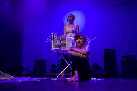 TEATER: Anne-Maren Hammerbeck (18) og Ingvild Håkonsdatter Sivertsen (20) framfører teaterstykket sitt mandag.