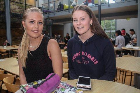 VANSKELIG: Madeleine Gulin og Silje Ruud startet på Halden Videregående i forrige uke. Jentene sier det er vanskelig å velge linje.