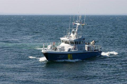 Kustbevakningens fartøy i Strømstad, KBV307,  ble sendt ut for å assistere den grunnstøtte seilbåten. Foto: Kustbevakningen