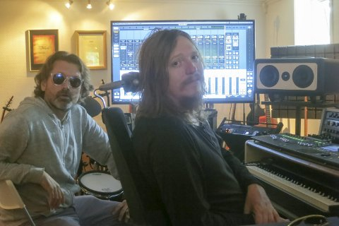 ELECTRONICA: Thor Jansen (t.v.) lager elektronika under artistnavnet TJ Flare. Musikken ferdigproduseres i Freddy Holms Kleiva studio, der Thors digitale komposisjoner møter Freddys gitarer og fioliner.