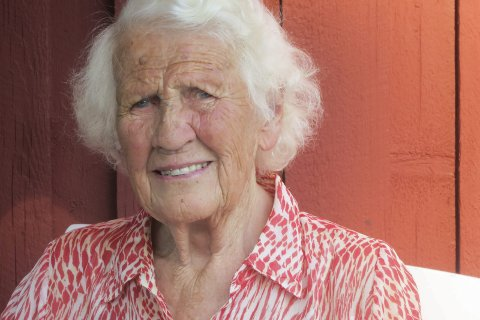God hukommelse: Ruth Golden besitter omfattende historiekunnskaper om området der hun har tilbrakt mesteparten av tiden etter den andre verdenskrig, Berby gods. foto: tom skjeklesæther