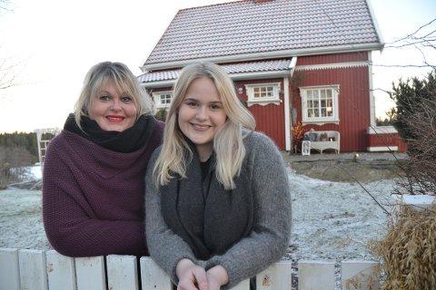 VILLE TIL AREMARK: Etter å ha hatt hytte i Aremark i mange år, ønsket Christine Willoch Mathisen, datteren Martine og ektemannen Knut B. Larsen (som var på jobb da HA var på besøk) å flytte til kommunen. De kjøpte et koselig hus i Strømsfoss.