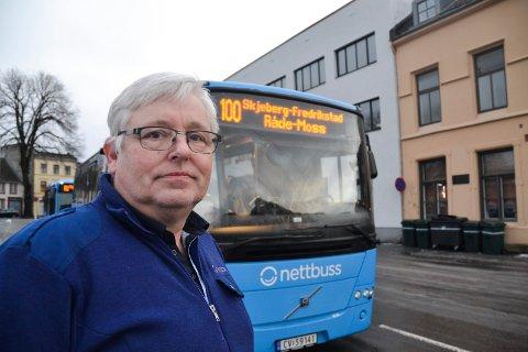 REAGERER: Torfinn Johansen, tillitsvalgt i Jernbaneforbundet bil, mener det burde innføres et klart regelverk som hadde sikret at enkelte personer ble nektet adgang til å ta buss. Bakgrunnen er en sak hvor en sjåfør i Halden ble tildelt fire knyttneveslag i ansiktet av en ung passasjer.