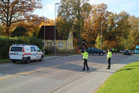Politiet er på plass og dirigerer trafikken. (Alle bilder: Johnny Larsen)