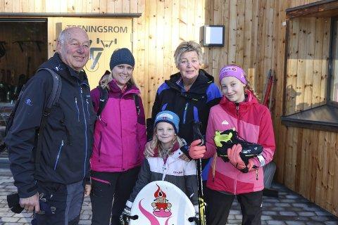 KUPP: Mathea Kielland Lilledal (til høyre) gjorde litt av et kupp da hun både fant seg staver og skisko til en billig penge. Her sammen med Jan-Gunnar Lilledal, Marianne Kielland Lilledal, Bente Lilledal og lillesøster Martine Kielland Lilledal.
