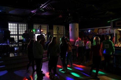 DISKO: Det var populært med diskotek under åpningen av den nye ungdomsklubben.