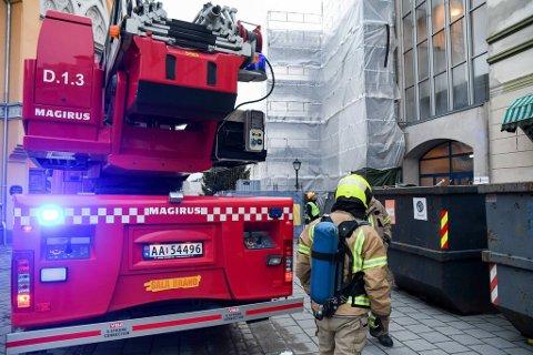 PÅ PLASS: Brannvesenet fant ingen brann, ifølge Alarmsentralen Brann Øst.